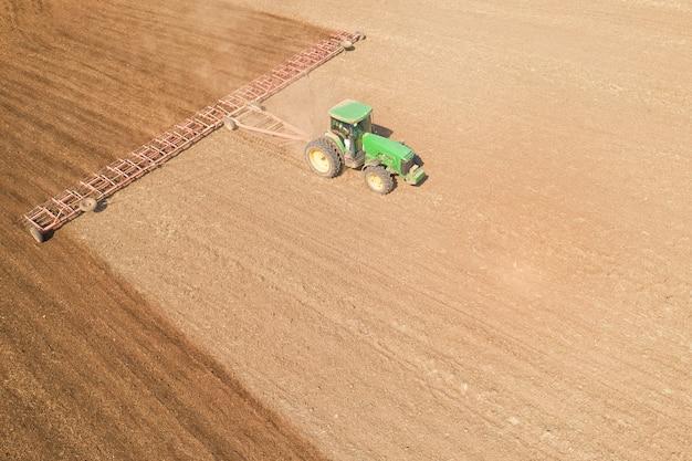 트랙터는 드론에서 토양 보기를 경작합니다.