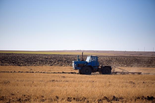トラクターは秋に畑を耕します。