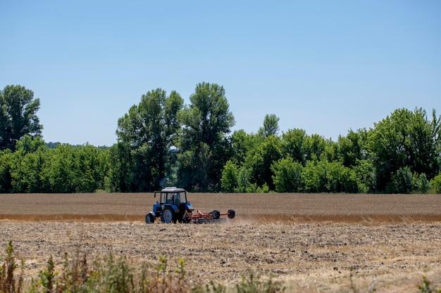 트랙터는 밀밭에서 작동합니다.