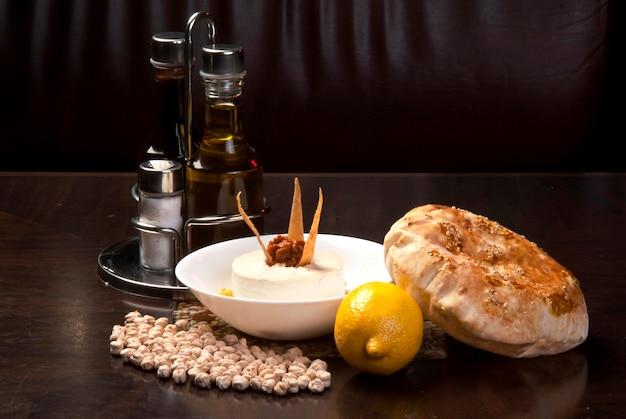 Традиционный ближневосточный хумус с тахини, который подается с египетскими лепешками.
