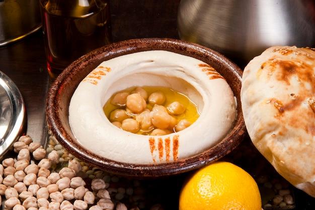 Традиционный ближневосточный хумус с тахини, подается с египетским лепешкой.