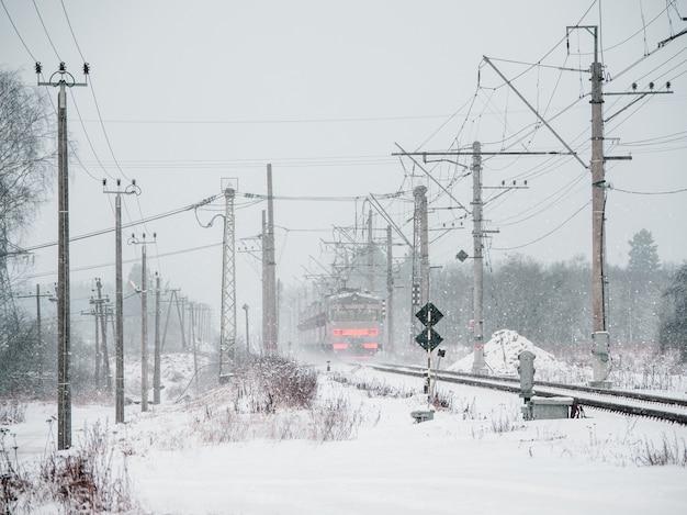 雪の降る冬の日、電車は動いています。ロシア。