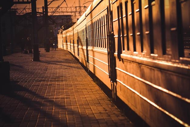 Поезд, в котором светит солнышко, стоит на станции фильтр.