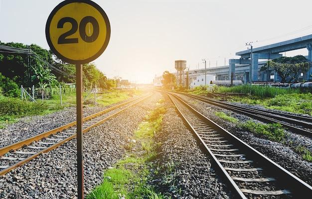 電車は午前中にタイのバンスー駅を通過します