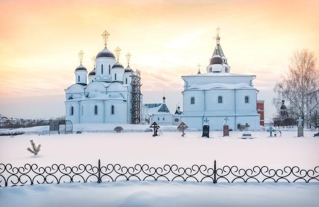 아름다운 주황색 하늘이있는 겨울의 변형 성당과 중보기도 교회