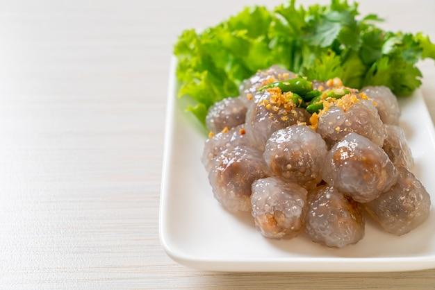 透明なボールは、サクサイムーまたはポークフィリングの蒸しタピオカ餃子ボールと呼ばれています