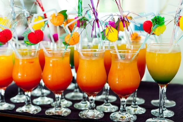 ホテルの明るいオレンジと黄色のノンアルコールカクテルのトレイがすべて含まれています...
