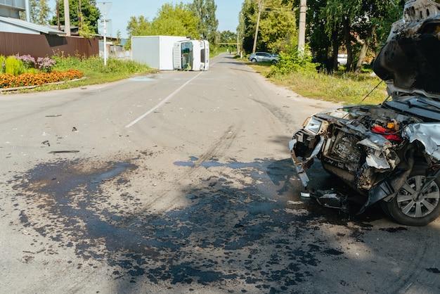 トラックが乗用車の事故に衝突した