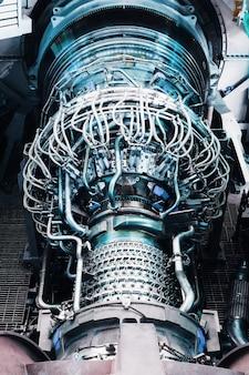 ターボチャージャーと発電所の燃焼室への燃料供給システムを備えたタービン本体。発電設備