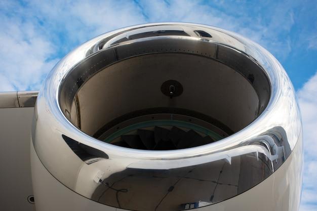 Турбинный двигатель современного реактивного самолета бизнес-класса, крупным планом ротора