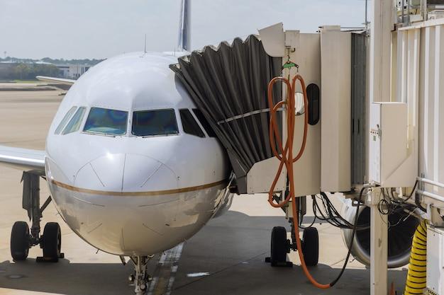 Турбина самолета готовится к полету у самолета на взлетно-посадочной полосе в аэропорту.