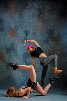Две привлекательные женщины танцуют тверка в студии