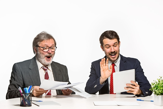 화이트 사무실에서 함께 일하는 두 동료.
