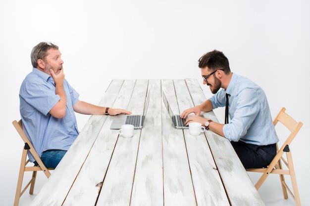 オフィスで一緒に働いている2人の同僚