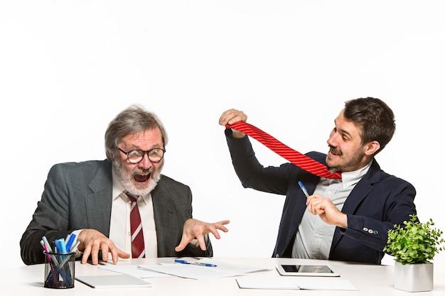 オフィスで一緒に働く2人の同僚。