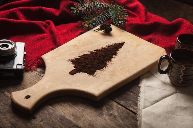 나무 배경에 커피 두 잔