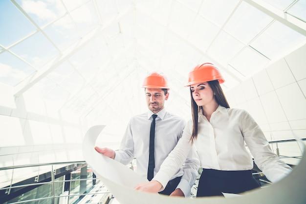 두 엔지니어는 건물에서 프로젝트 계획을 보유