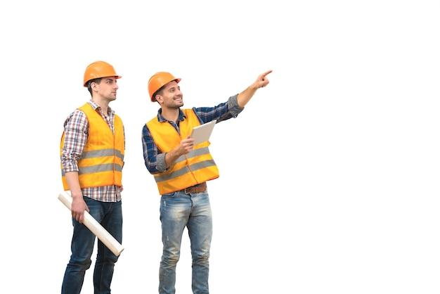Два инженера с жестом планшета на белом фоне
