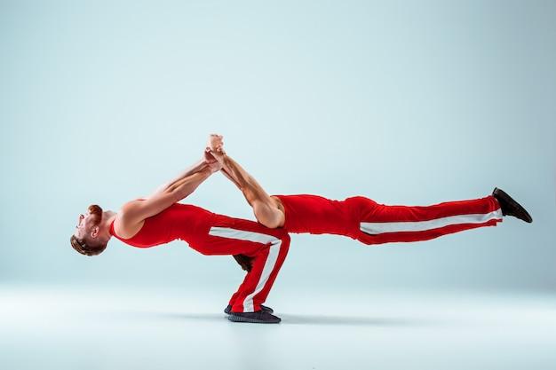 バランスポーズの2つの体操アクロバティックな白人男性
