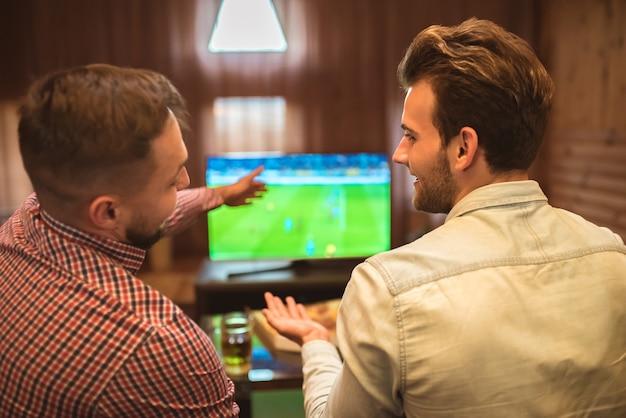 두 행복한 친구는 축구를보고