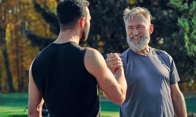Два счастливых спортсмена приветствуют открытый