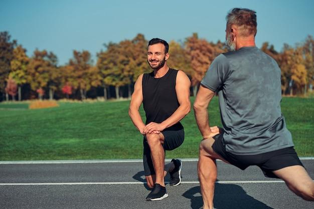 야외에서 운동을 하는 두 남자