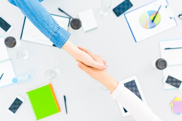 二人はデスクトップで握手します。上からの眺め