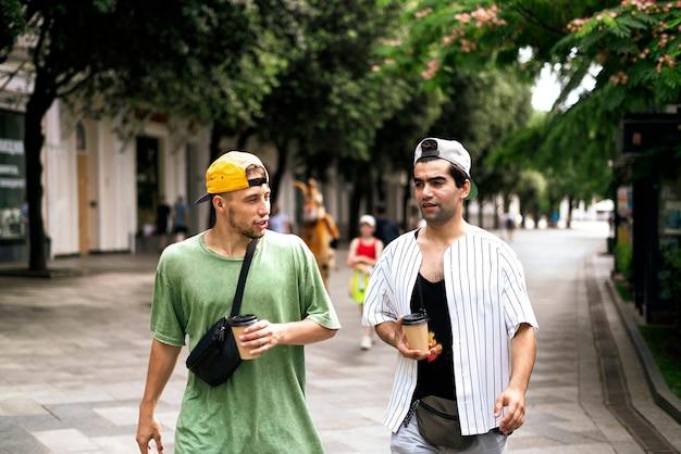 두 사람은 거리를 걸으며 서로 이야기를 나누며 대화를 나눈다.