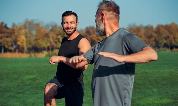 야외에서 운동을 하는 두 스포츠맨