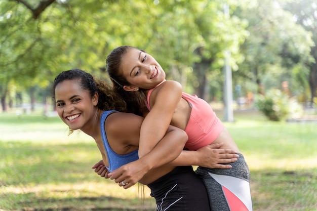 두 여자는 공원에서 건강을 위해 웃고, 걷기, 운동을하고 조깅하는 친구였습니다.