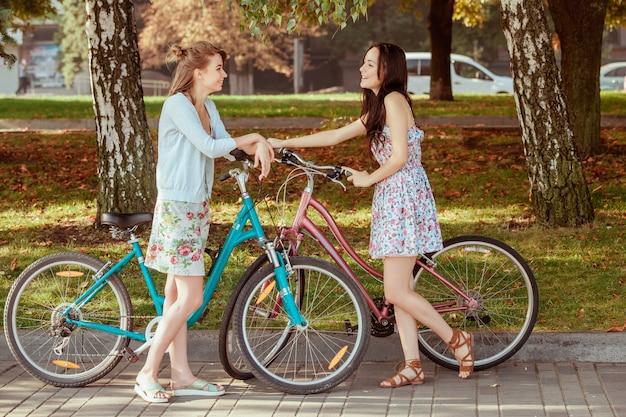 공원에서 자전거와 두 어린 소녀