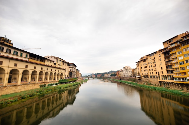 イタリア、フィレンツェのアルノ川に架かるヴェッキオ橋から撮影したウフィツィ美術館とアルノ川。