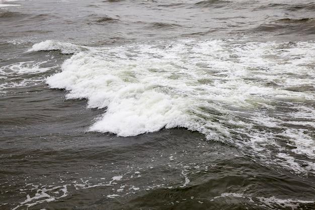 바다 또는 바다의 기복이있는 표면