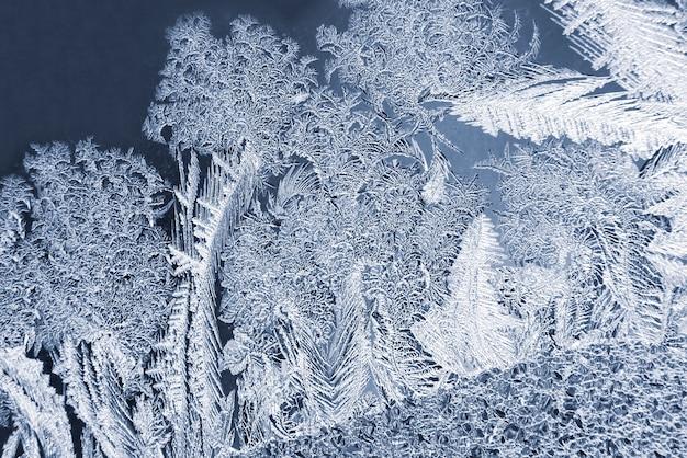 窓ガラスのユニークな氷のパターン。自然と独自性の季節