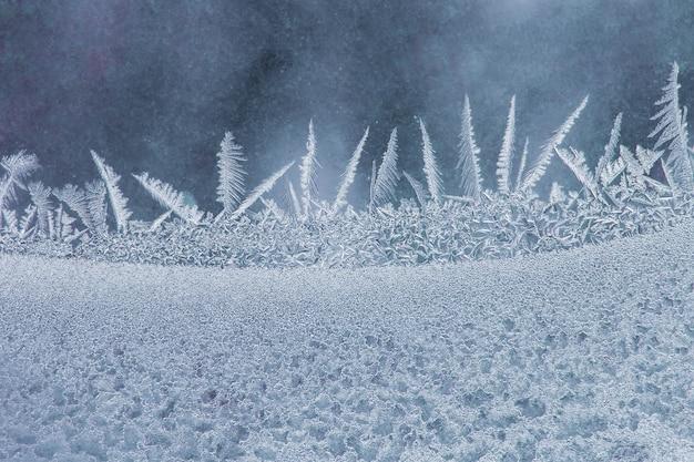 冬の窓の異常な霜。自然な背景と質感