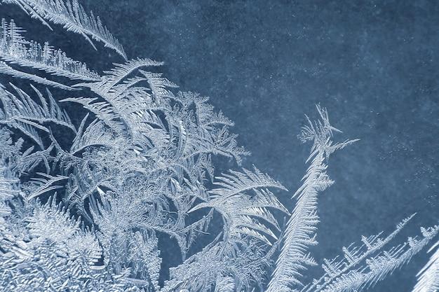 冬の窓の異常な霜。自然と独自性の季節