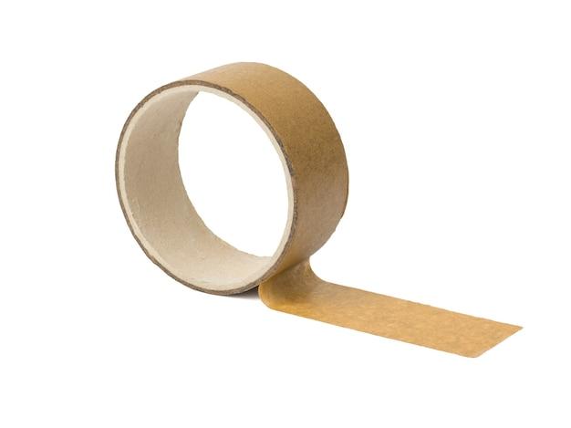 Разматывающаяся катушка упаковочной ленты изолирована на белом фоне. универсальная упаковочная лента.