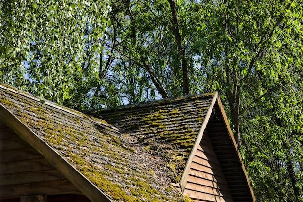 오래된 목조 건물의 윗부분, 지붕은 보드와 나무로 만들어져 있습니다.
