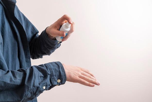 스프레이 항균 병을 사용하여 손을 씻고, 의료용 살균제 보호