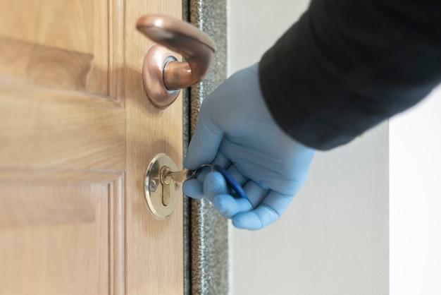日常使用のゴム製医療用手袋の使用、ライフスタイルコロナウイルス保護