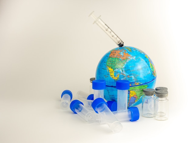 백신 병 및 글로브 모델은 흰색 배경에 배치됩니다. 코로나 바이러스 개념