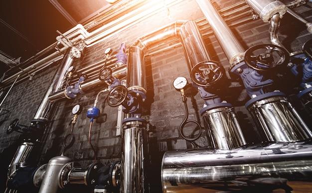 Клапаны и трубы на стене современного крафтового пивоваренного завода