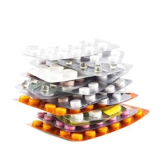 白い背景の上のパックの錠剤の多様性