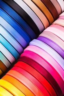 さまざまな色のリボンボビンがクローズアップ