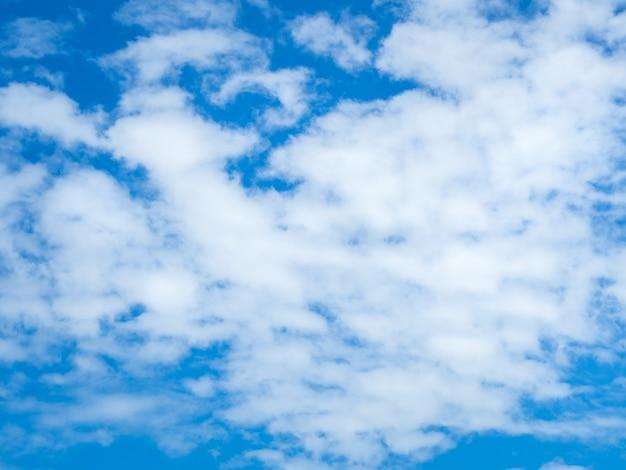 広大な青い空と雲の空の表面