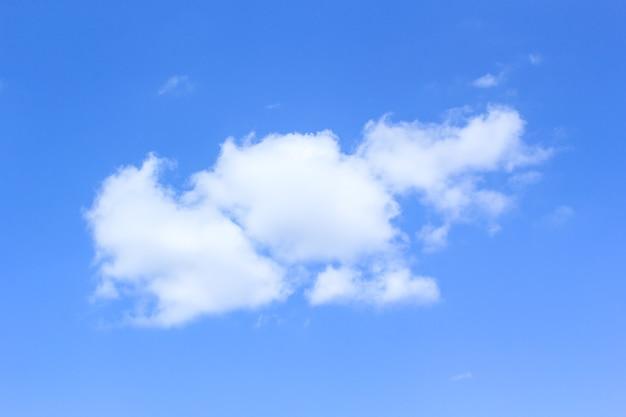 夏季の広大な空と雲の空青空の背景