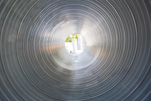 Вентиляционная труба изнутри круглая. стальные трубы, детали для строительства каналов промышленного кондиционирования воздуха внутри трубы. промышленное вентиляционное оборудование.