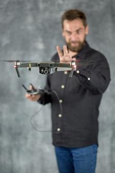 Видеооператор использует для съемки удаленный беспилотный летательный аппарат с камерой.