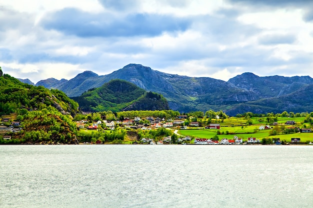ノルウェーの色とりどりの町の船からの眺め
