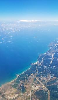 비행기 창에서 지상까지의 전망. 하늘에서 가로보기.